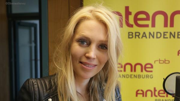 Alexa Feser stekllt bei Antenne Brandenburg ihr Debutalbum vor.
