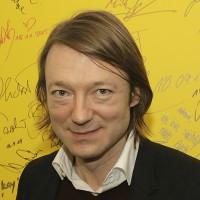 Joachen Distelmeyer, ehemaliger Sänger von Blumfeld, verewigt sich auf der Antenne Brandenburg Autogrammwand.