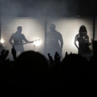 Mit viel Bombast und Pathos spielen Hurts ihr Konzert im Berliner Tempodrom.