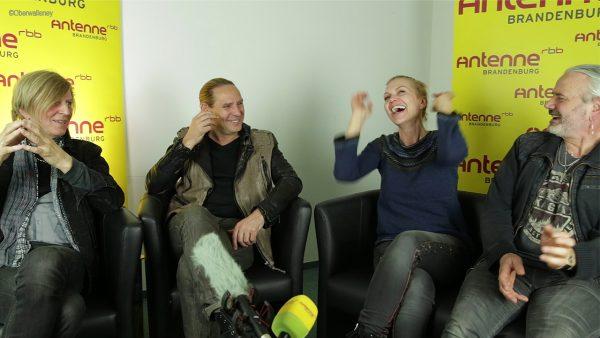 """Als es um den Dreh fürs Video """"Kampflos"""" geht, haben Anna Loss und Co jede Menge Spaß."""