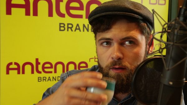 Very british. Passenger trinkt Tee beim Interview.