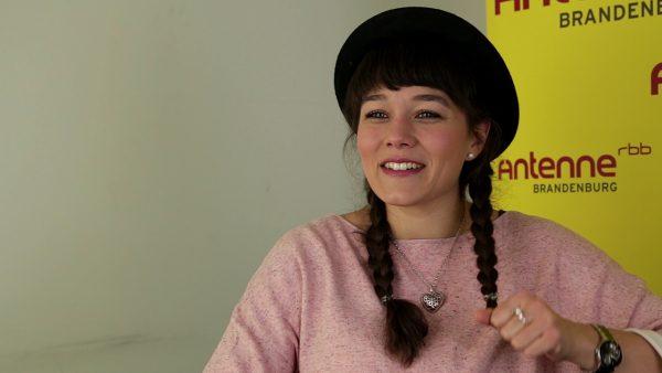 """Leona Heine trägt meistens Zöpfe und einen Hut. Auch in der band mit ihren drei """"Jungs"""" hat sie den Hut auf."""