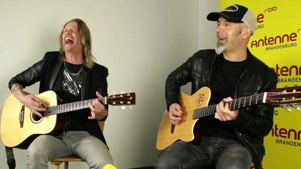 Freddy Scherer und Nic Maeder beim Akustik-Gig im Antenne Brandenburg Studio