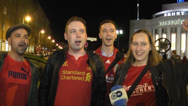 """Kräftig bei Stimme. Die Fans des FC Liverpool singen """"You´ll Never Walk Alone"""" aus vollem herzen."""