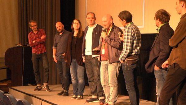 Filmemacher André Schäfer beantwortet im Kreis seines Teams auf der Premiere Fragen des Publikums.