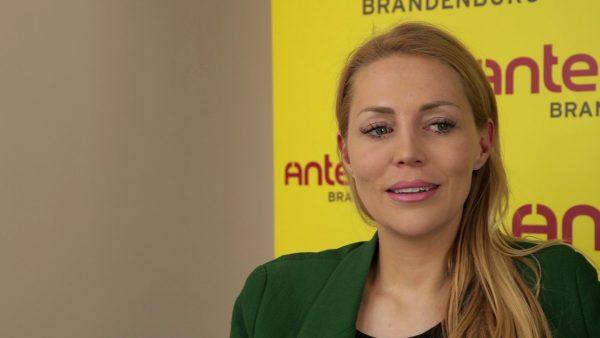"""Alexa Feser stellt ihr neues Album """"Zwischen den Sekunden"""" bei Antenne Brandenburg vor."""