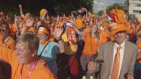 Frauenfußball. In Holland ziehen die Fans gemeinsam ins Stadion. Schon der Gang ist äußerst stimmungsvoll