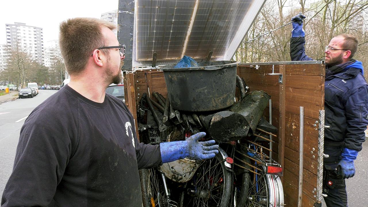 Der Anhänger ist am Ende des Einsatzes voller Metallschrott