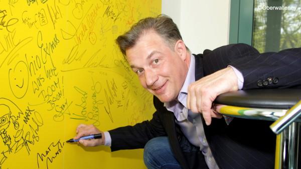 Marc Marshall an der Autogrammwand von Antenne Brandenburg